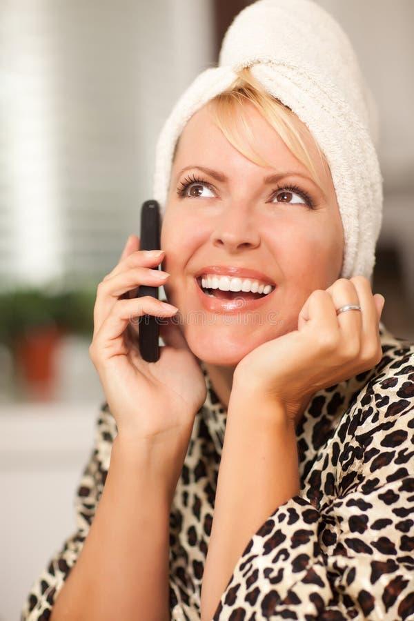 可爱的白种人妇女谈话在手机 库存照片