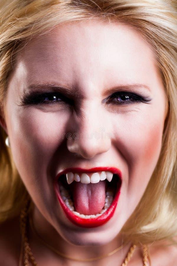 可爱的白肤金发的吸血鬼 免版税库存照片