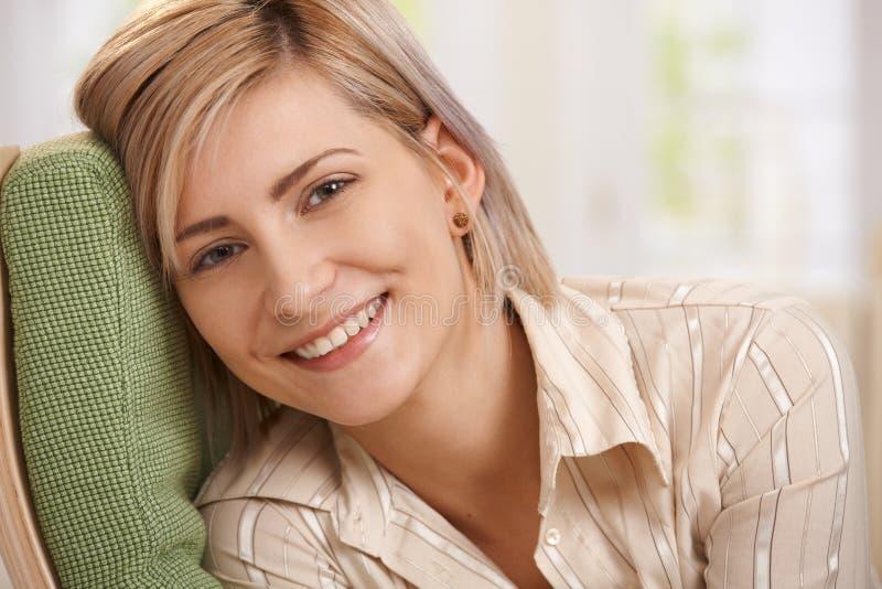 可爱的白肤金发的妇女 库存照片