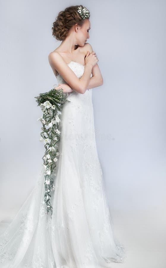 可爱的白肤金发的未婚妻floristry花 库存图片