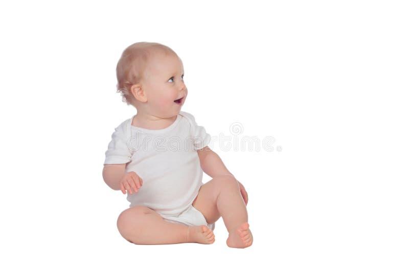 可爱的白肤金发的婴孩坐地板 免版税库存照片