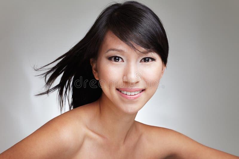 可爱的秀丽日本夫人被射击的年轻人 库存照片