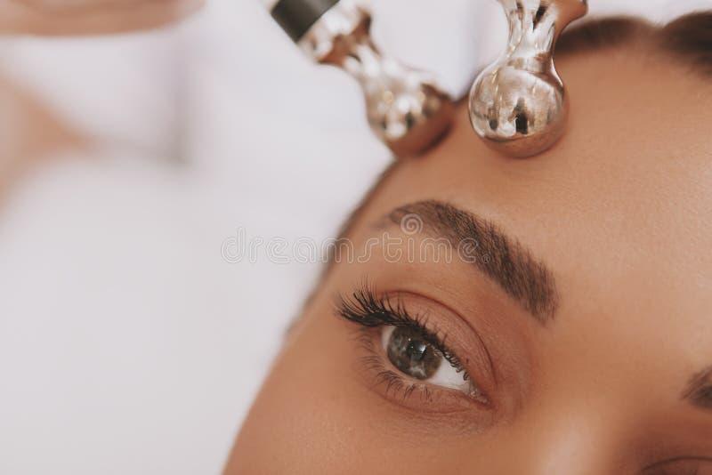 可爱的秀丽诊所的年轻女人参观的美容师 库存图片