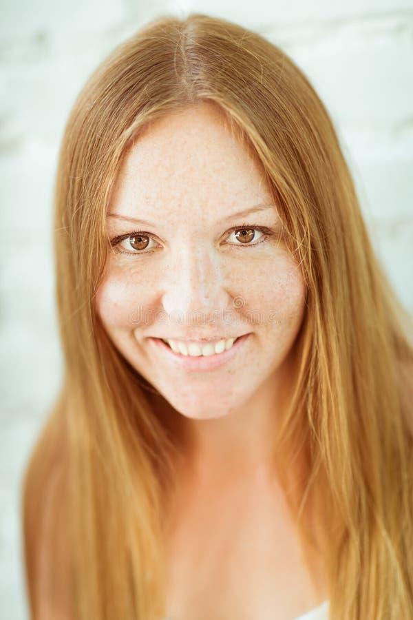 可爱的红发微笑的女孩 库存照片