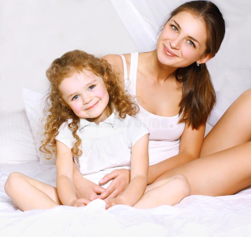 可爱的美丽的妈妈和女儿 免版税库存照片