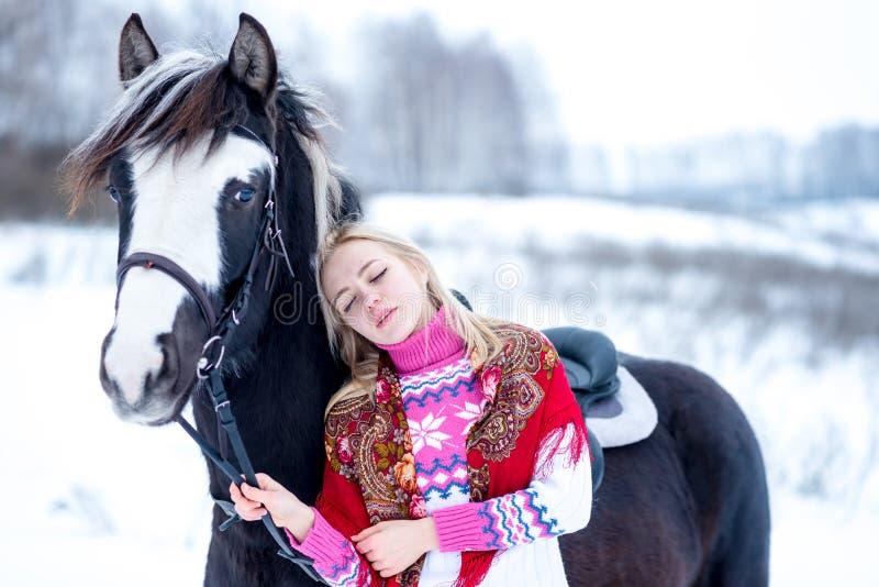 可爱的美丽的少妇在时兴的pullovere冬天 库存照片