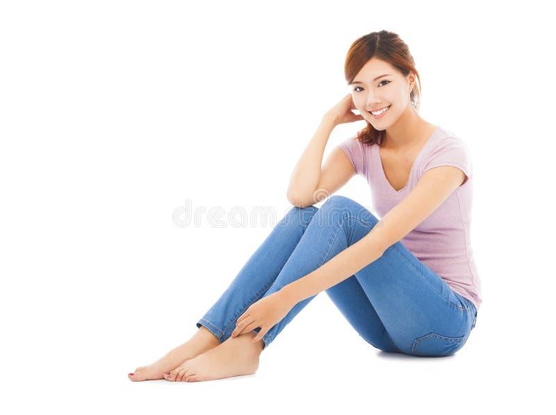 可爱的美丽的少妇坐地板 免版税图库摄影