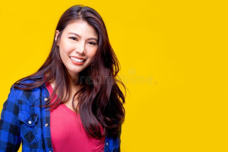 可爱的美丽的年轻亚裔妇女得到幸福,微笑面孔 聪明华美的女孩的看起来 她穿T恤杉,衬衣 ?? 免版税库存照片