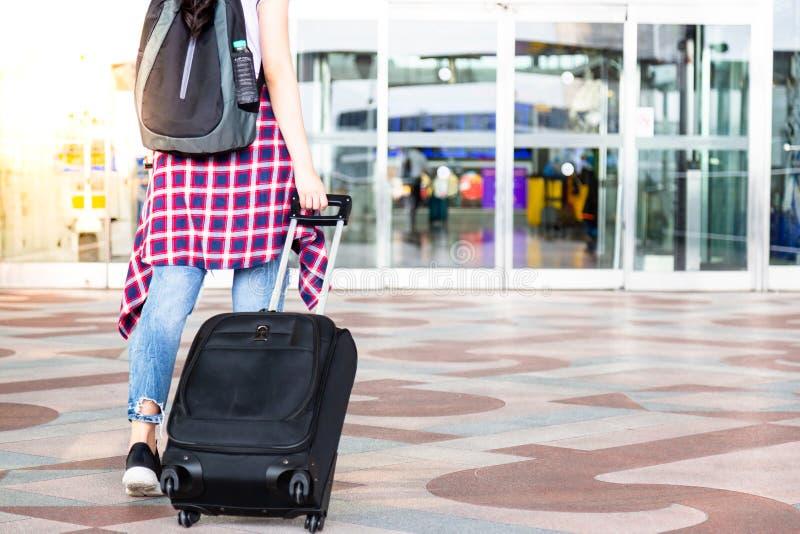 可爱的美丽的旅客妇女醒来对机场和dra 库存照片