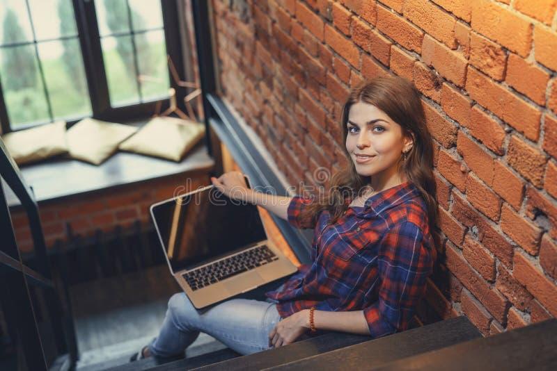 可爱的膝上型计算机妇女 免版税库存照片