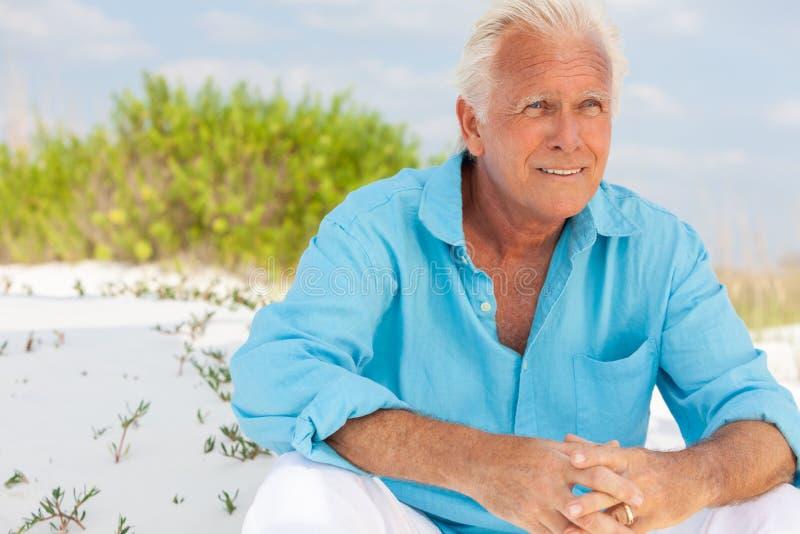 可爱的英俊的老人画象海滩的 免版税库存图片