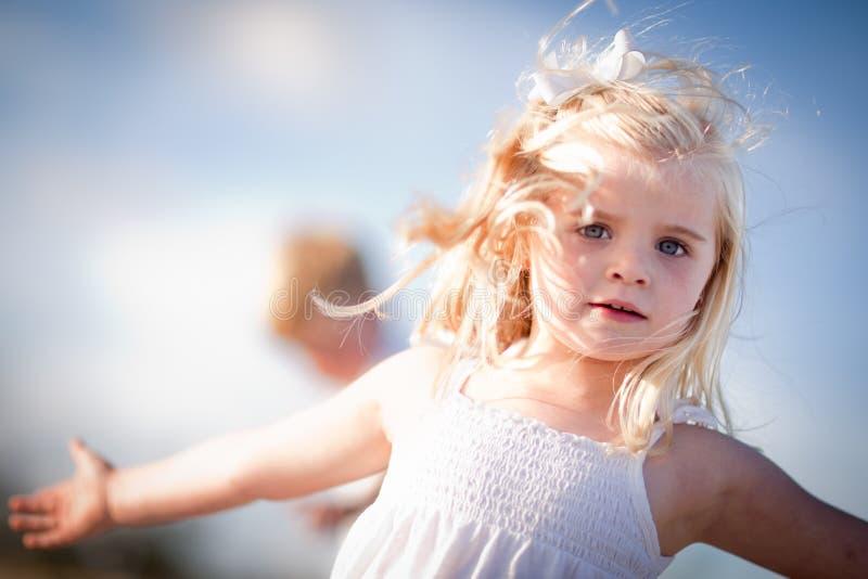 可爱的蓝眼睛的女孩外部使用 免版税库存图片