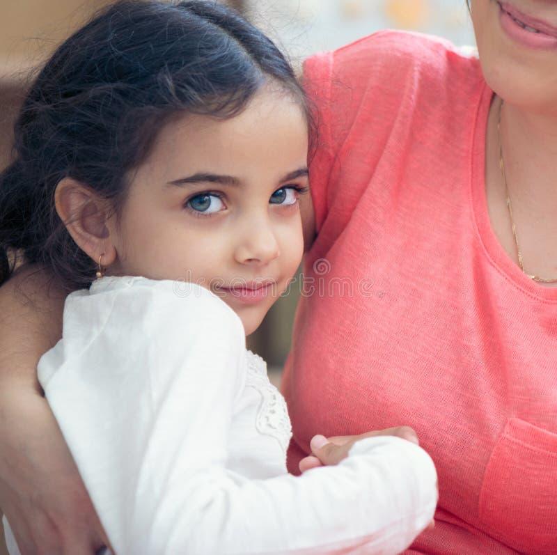 可爱的西班牙母亲和女儿画象  图库摄影