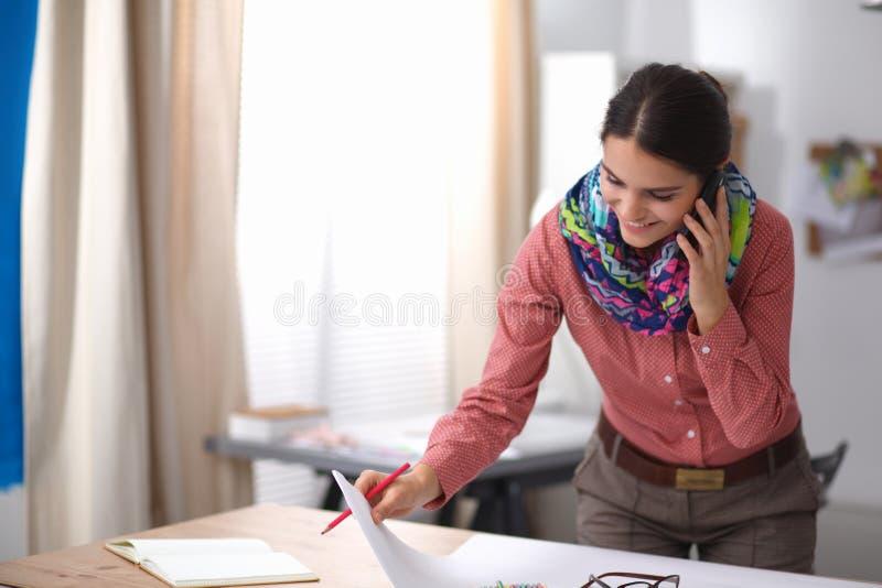可爱的设计员方式女性运作的年轻人 免版税图库摄影
