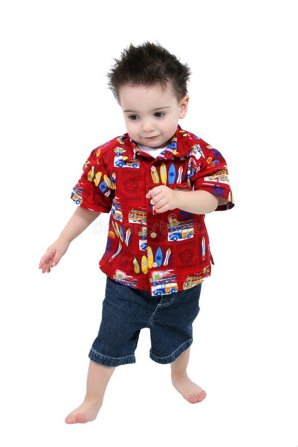 可爱的赤足在夏天小孩丝毫的男孩明亮的衣裳 库存照片