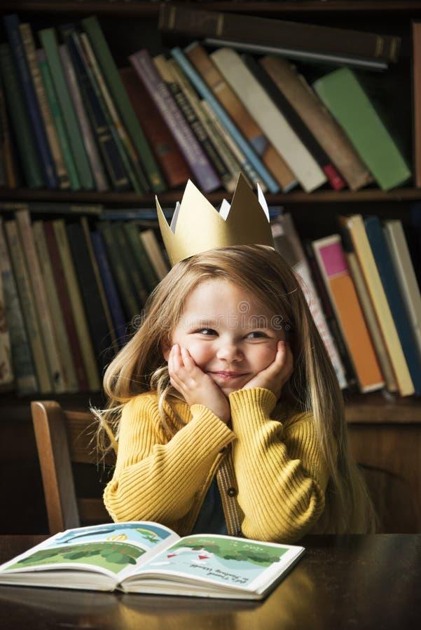 可爱的逗人喜爱的女孩读书讲故事概念 免版税库存照片