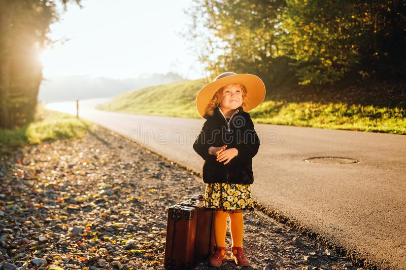 可爱的逗人喜爱的小孩女孩室外画象  免版税库存照片