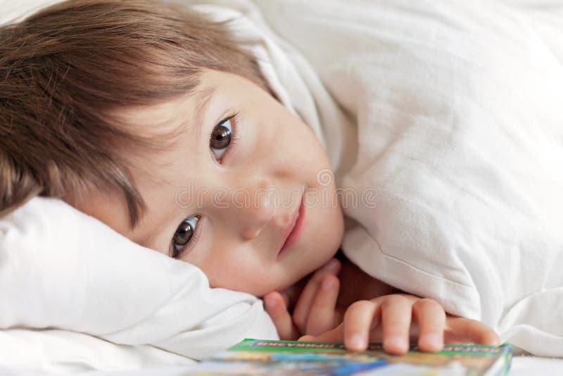 可爱的逗人喜爱的小男孩明亮的画象  免版税库存图片