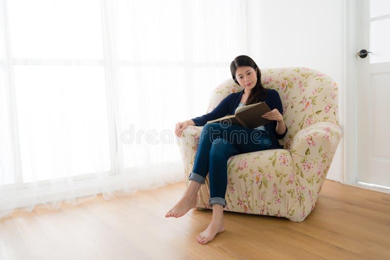 可爱的镇静妇女坐长沙发沙发放松 库存图片