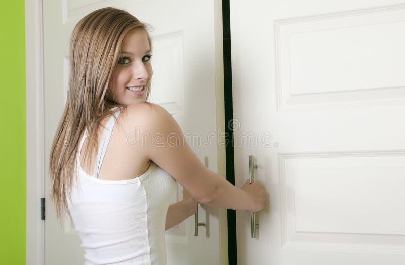 可爱的青少年的女孩开放壁橱 库存照片