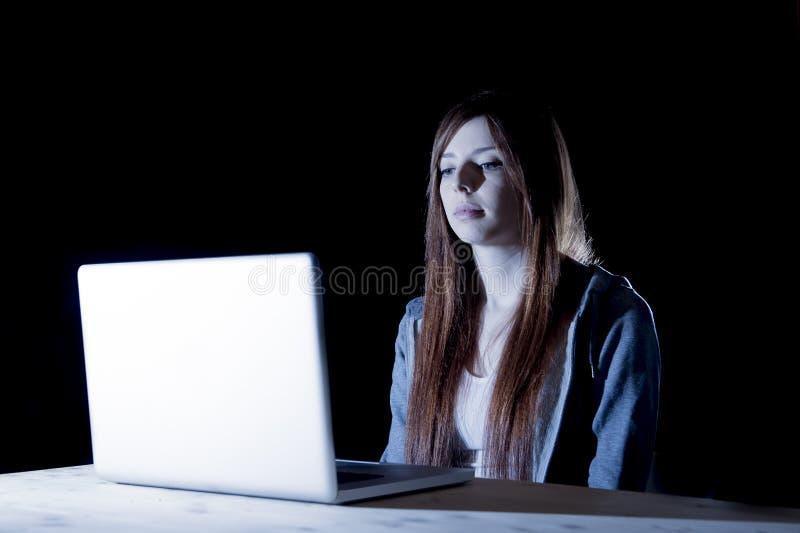 可爱的青少年的女孩遭受的cyberbullying或暴露在胁迫的网络和感到互联网的骚扰哀伤 库存图片