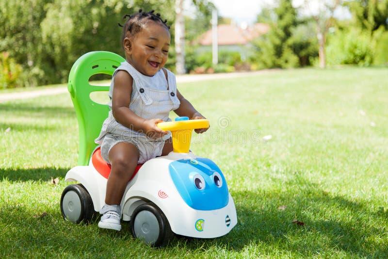 可爱的非洲裔美国人的男婴使用的一&# 免版税库存照片
