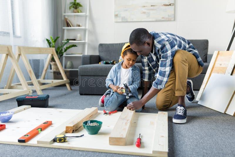 可爱的非裔美国人父子 免版税库存图片