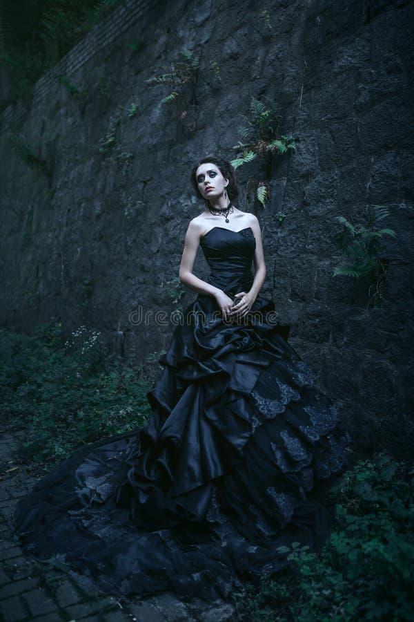 可爱的黑人礼服妇女 免版税图库摄影