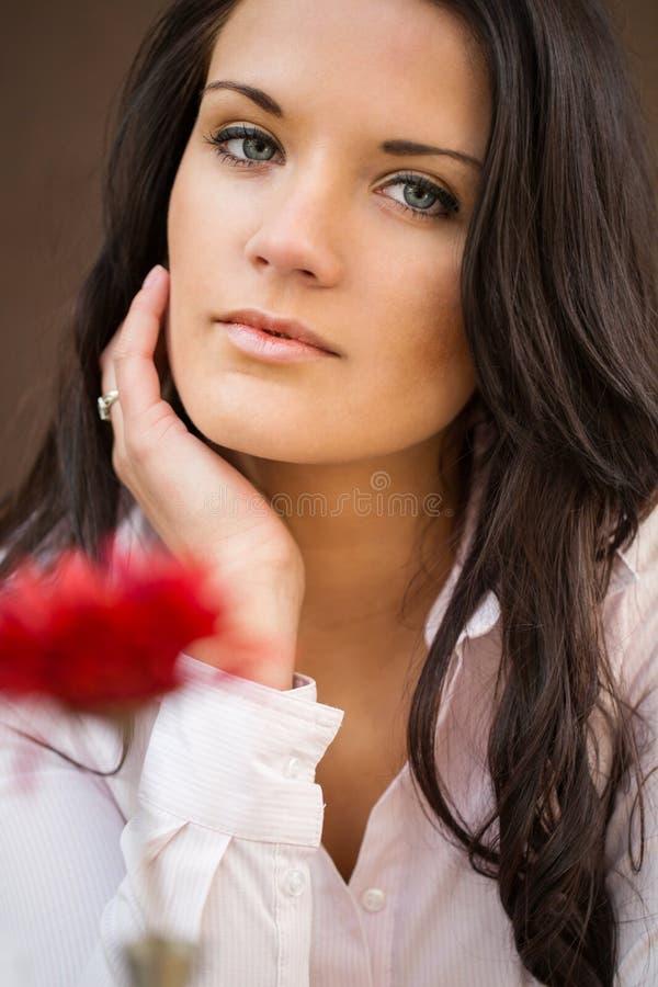 可爱的年轻女实业家室内画象。 免版税库存图片