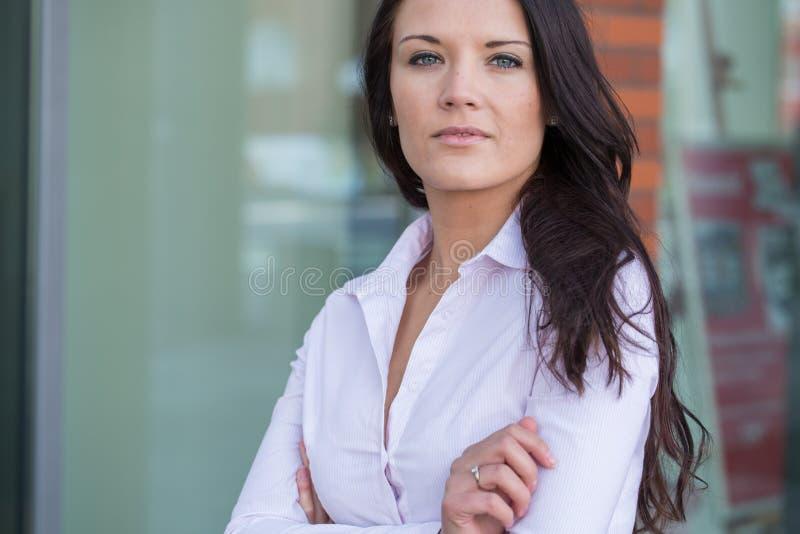 可爱的年轻女实业家室外画象。 库存照片