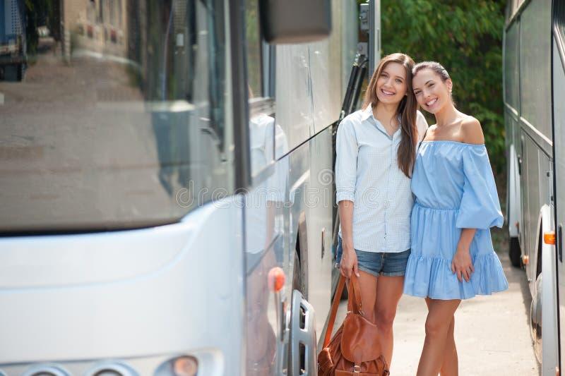 可爱的年轻女性朋友旅行  库存图片