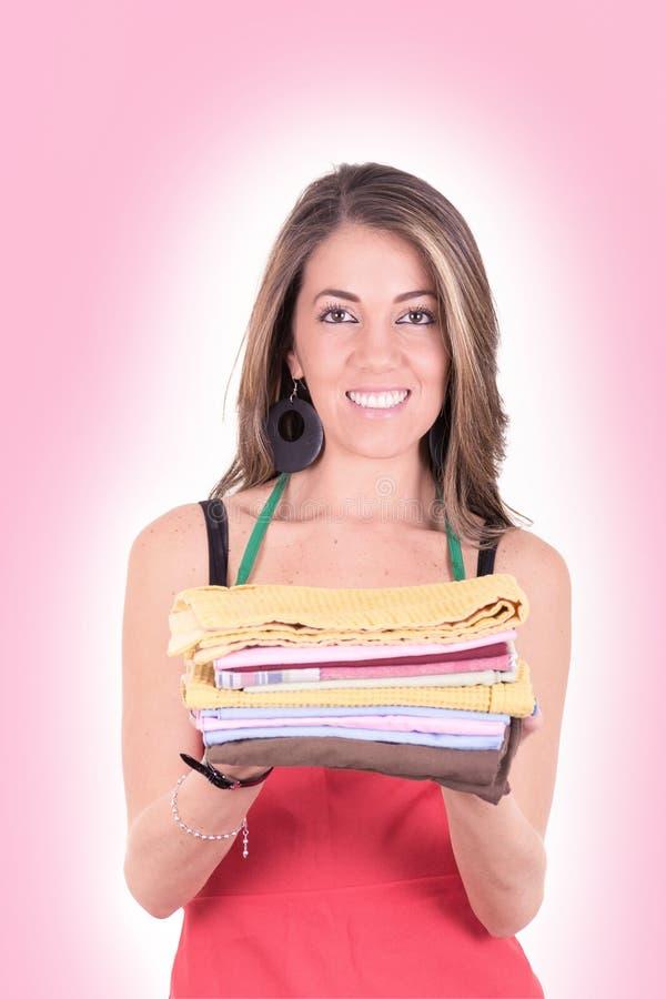 可爱的主妇的明亮的图片有毛巾的 免版税库存照片