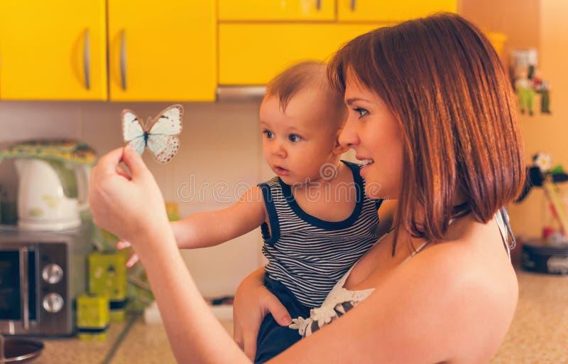 可爱的婴孩愉快的母亲 免版税库存照片