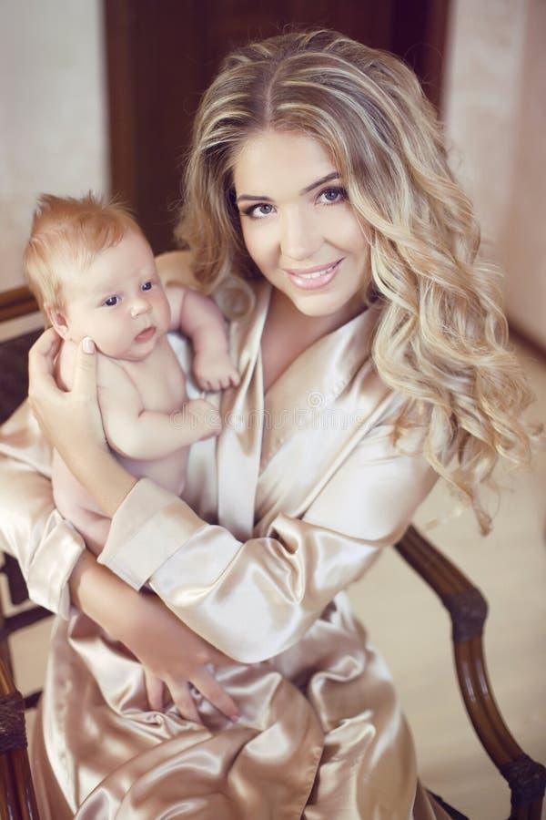 可爱的婴孩 拿着她的愉快的美丽的母亲新出生 妈妈p 免版税库存图片