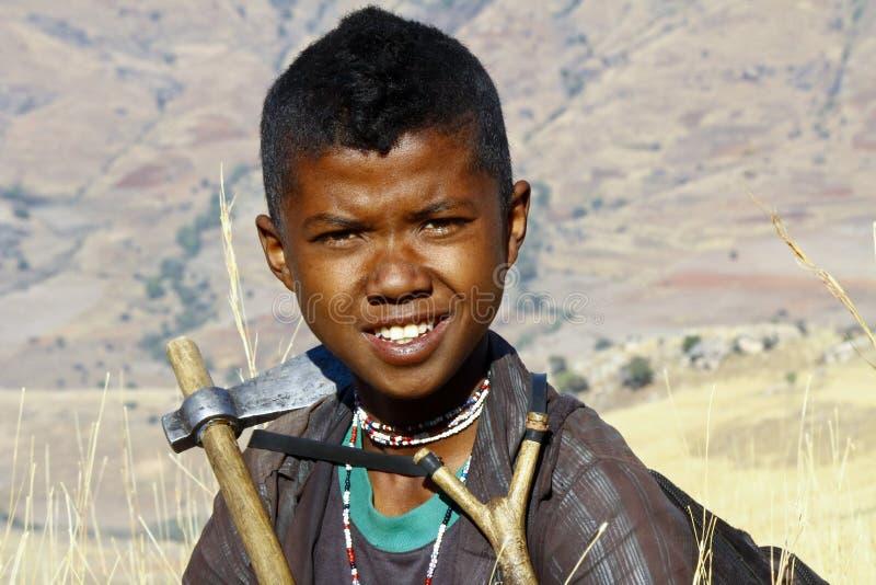 可爱的年轻愉快的男孩-非洲可怜的孩子画象  免版税库存照片