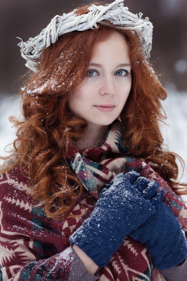 可爱的年轻红发妇女画象种族衣物的 图库摄影