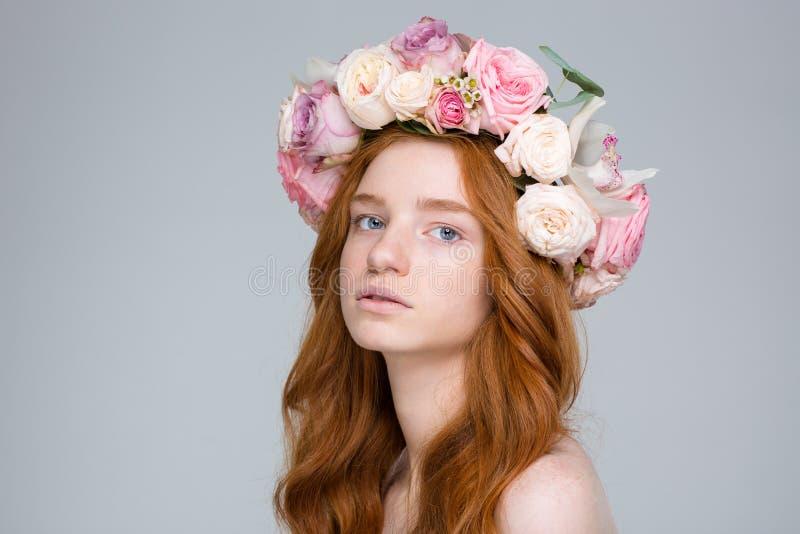 可爱的年轻红头发人女性特写镜头美丽的玫瑰花圈的 库存图片