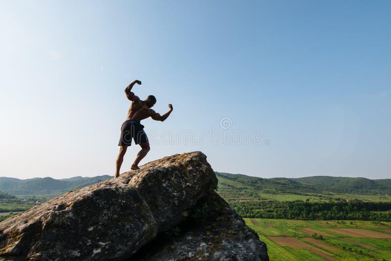 Download 可爱的年轻非裔美国人的运动人画象有赤裸躯干的在岩石 背景绿色本质 库存照片 - 图片 包括有 有吸引力的, 健身: 72366360