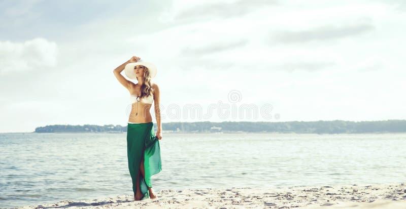 可爱,年轻,亭亭玉立的妇女佩带的引诱的游泳衣和gree 图库摄影