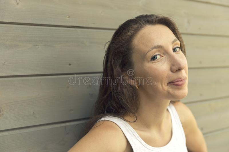 可疑看美丽的女孩,讽刺面孔表示 库存照片