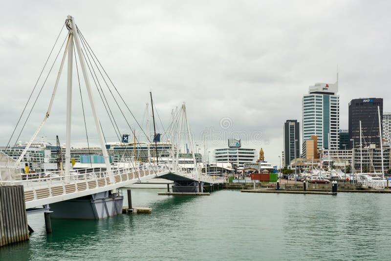 可移动的桥梁在高架桥港口在奥克兰 免版税库存照片