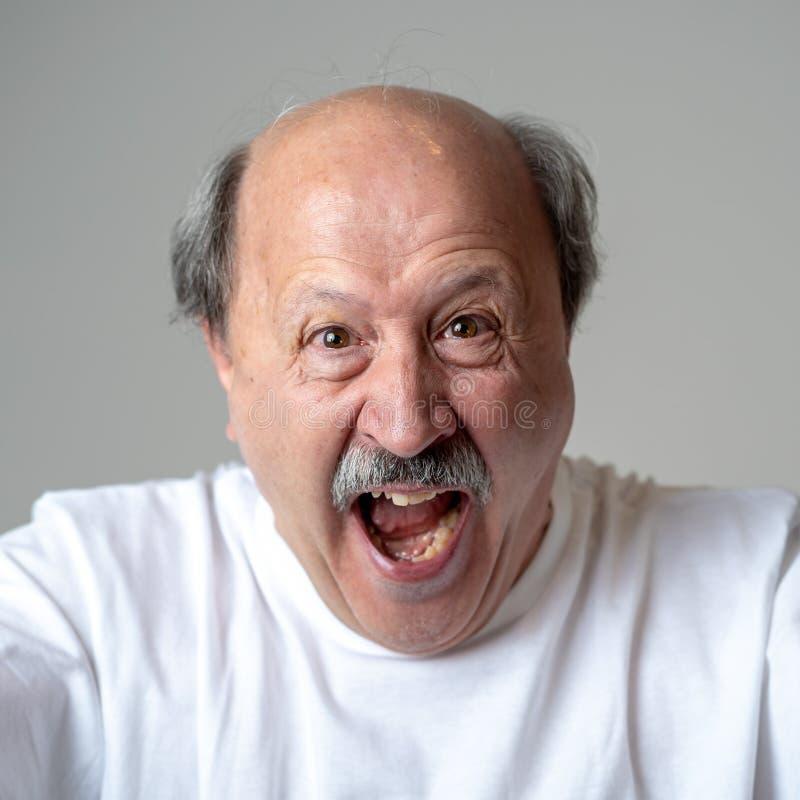可笑和疯狂的老人画象有滑稽的面孔的 免版税图库摄影