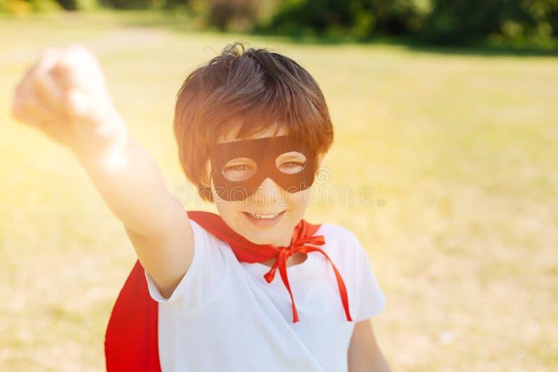 可笑的吸引人孩子准备好挽救世界 免版税库存图片