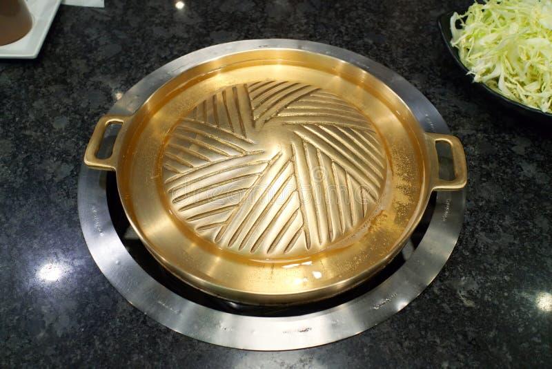 可能申请烹调shabu或sukiyaki的黄铜BBQ格栅板材,厨具 免版税库存图片