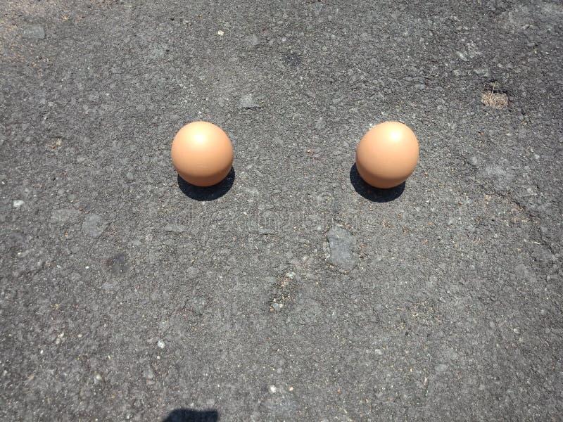 可能站立挺直的鸡蛋和他们的阴影笔直和很少发生 免版税库存图片
