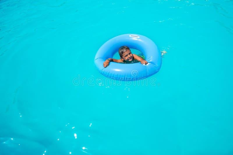 可膨胀的圆环的单独游泳愉快的小的男孩 图库摄影