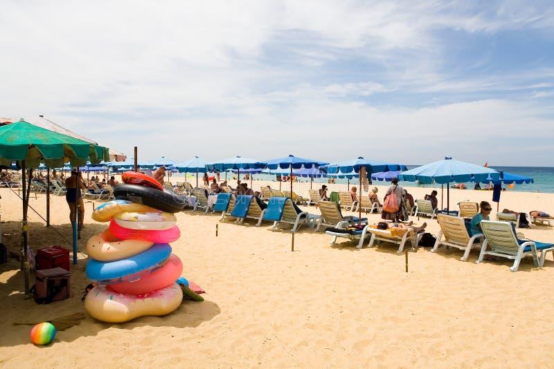 可膨胀的圈子和休息的游人Karon沙滩的  库存照片