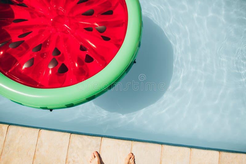 可膨胀的在水池的西瓜浮动床垫 免版税图库摄影