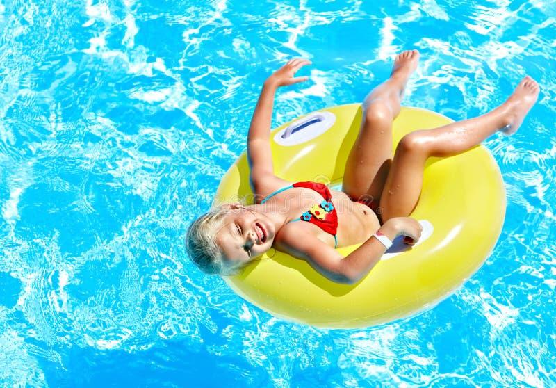 可膨胀的孩子在游泳池。 免版税库存图片