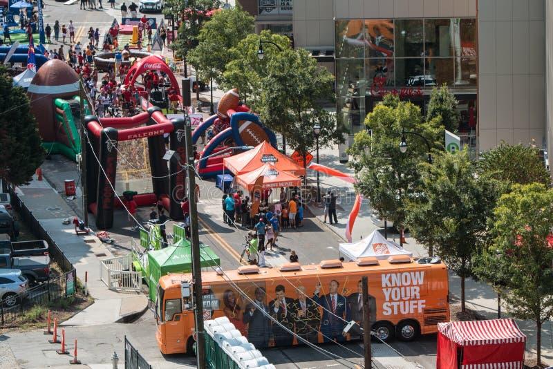 可膨胀的比赛沿街道设定了在学院橄榄球节日 免版税库存图片
